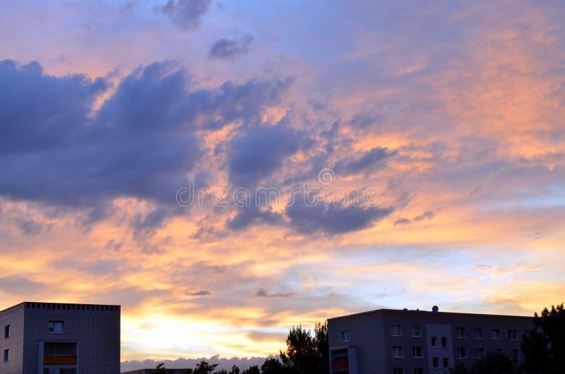 Ciel rouge de coucher du soleil avec les nuages dramatiques au-dessus de Berlin photo stock