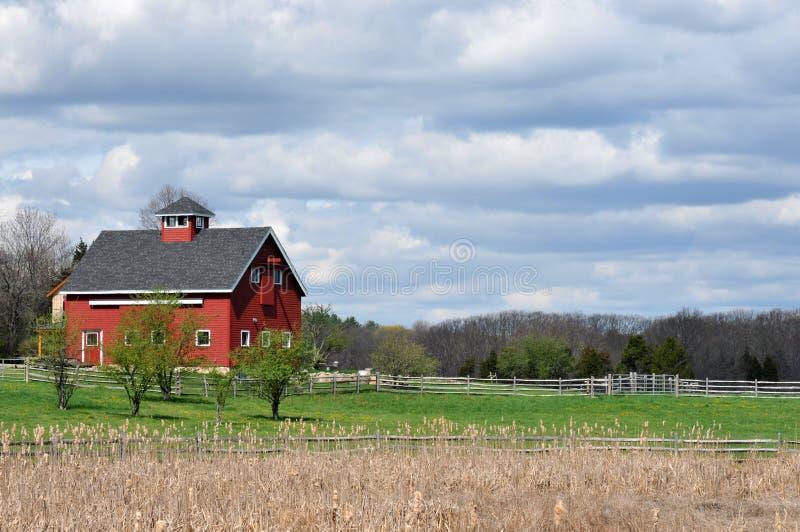 Ciel rouge de grange et de couvée images stock