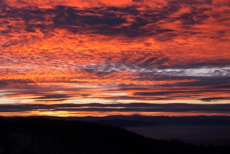 Ciel rougeoyant rose de coucher du soleil au-dessus de la montagne, colline de Kopitoto, montagne de Vitosha, Sofia, Bulgarie photos stock