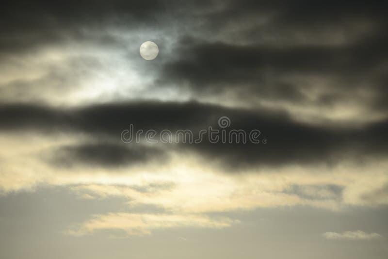 Ciel sombre d'hiver avec les nuages gris images libres de droits