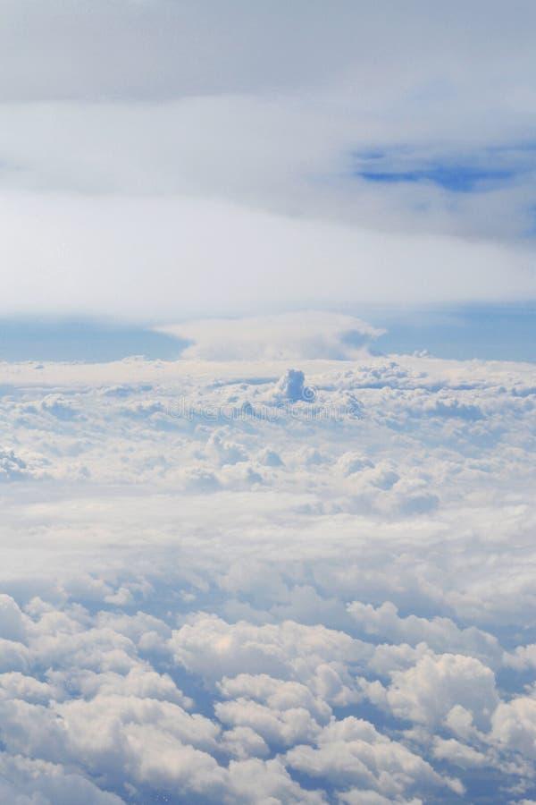 Ciel stupéfiant de ciel bleu nuageux du plane& x27 ; vue de s L'espace pour rêver, désirs, pensées, nouvelles perspectives et ave image stock