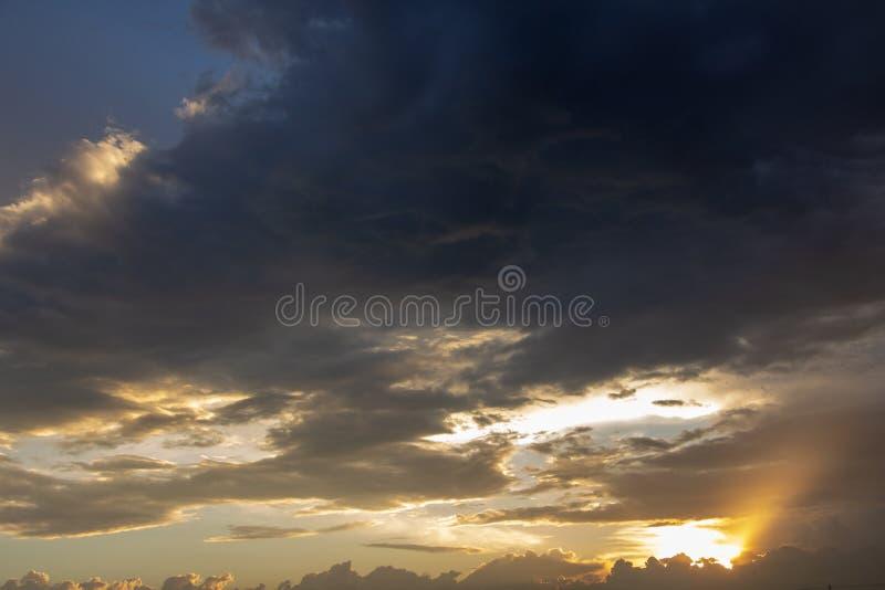 Ciel stupéfiant de coucher du soleil pour le fond abstrait Couleurs vives photos libres de droits