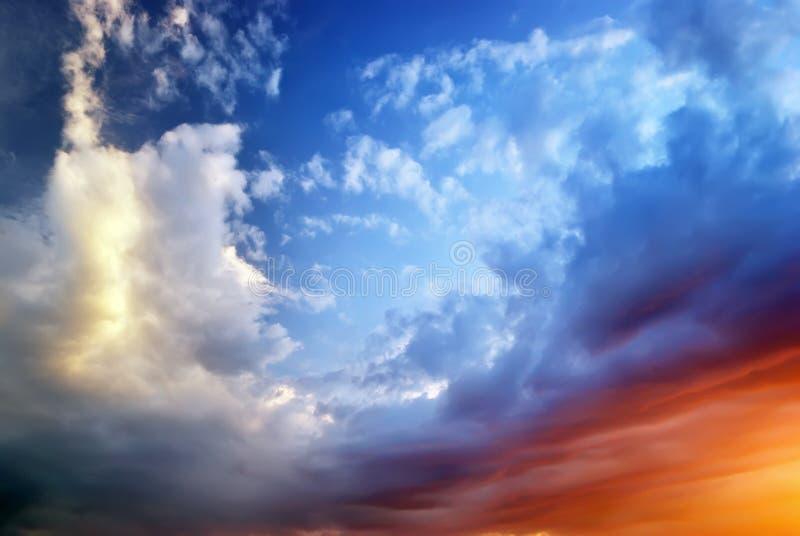 Ciel sur le coucher du soleil photos libres de droits