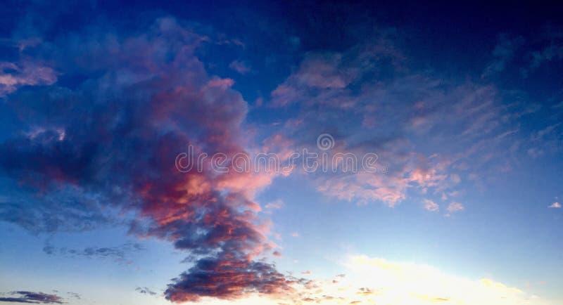 Ciel très coloré de coucher du soleil de nuages photo libre de droits