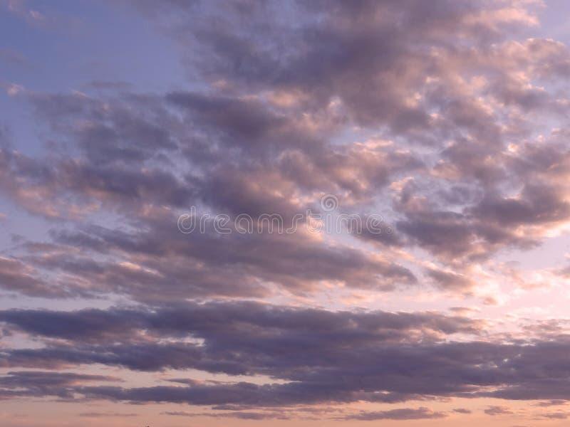 Ciel venteux Coucher du soleil images stock