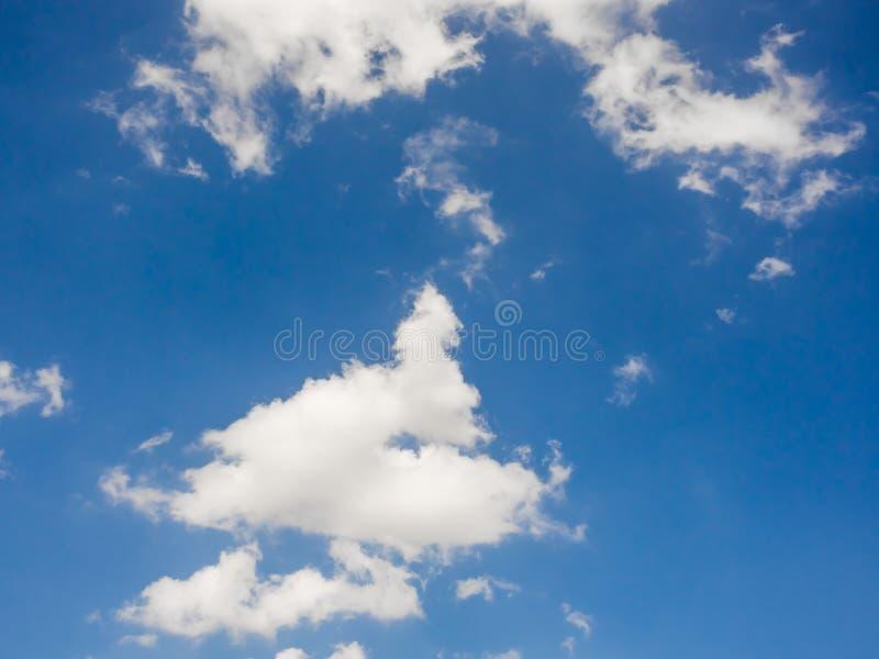 Ciel vif bleu avec quelques nuages images stock