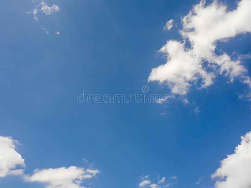Ciel vif bleu avec quelques nuages photo stock