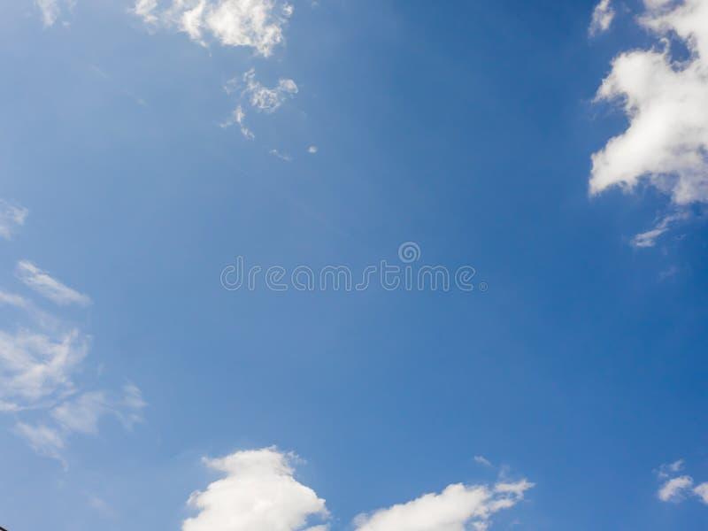 Ciel vif bleu avec quelques nuages photographie stock