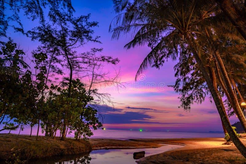 Ciel violet pourpre à la plage et à la mer, dans le temps crépusculaire, Koh Kood, province traditionnelle, Thaïlande photographie stock