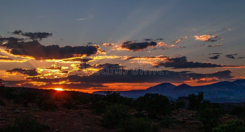 Cieli ardenti sopra il parco nazionale della scogliera del Campidoglio fotografie stock