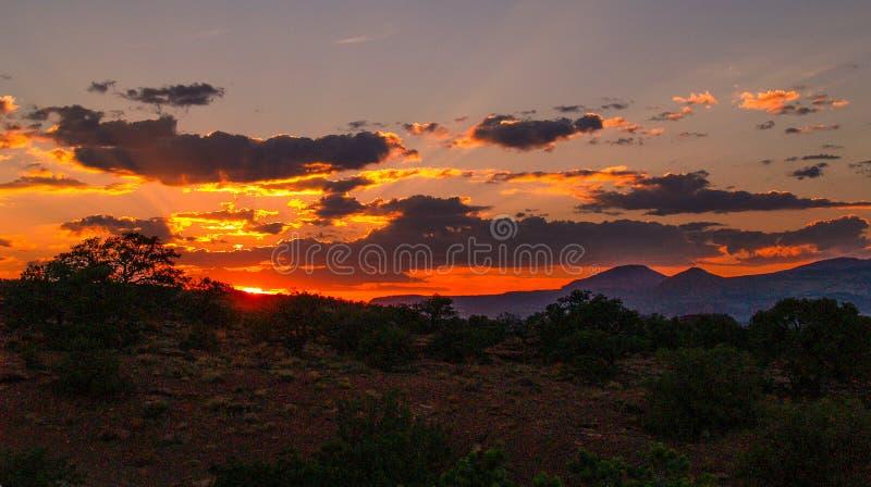 Cieli ardenti sopra il parco nazionale della scogliera del Campidoglio fotografia stock