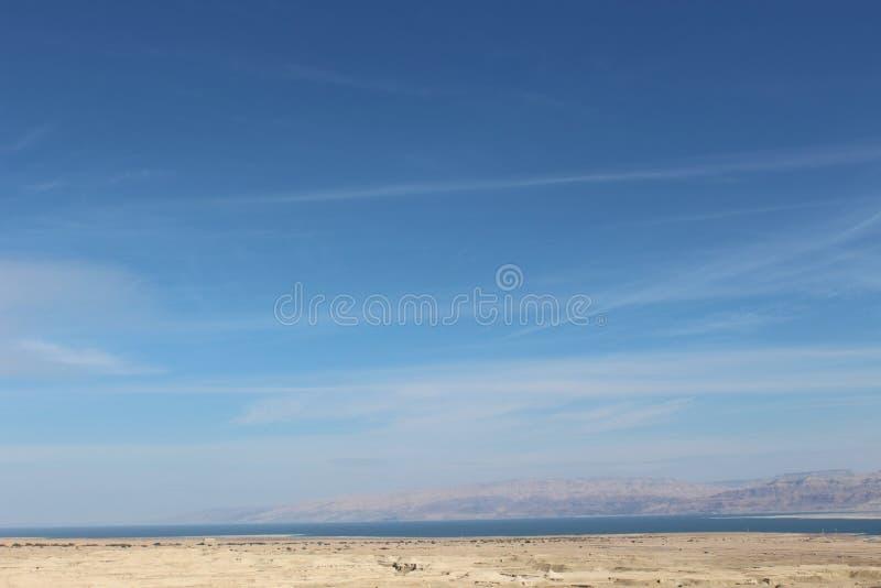 Cieli blu dall'oceano immagine stock