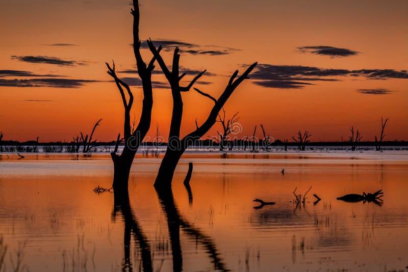 Cieli di crepuscolo sopra il lago magnifico Menindee immagine stock libera da diritti