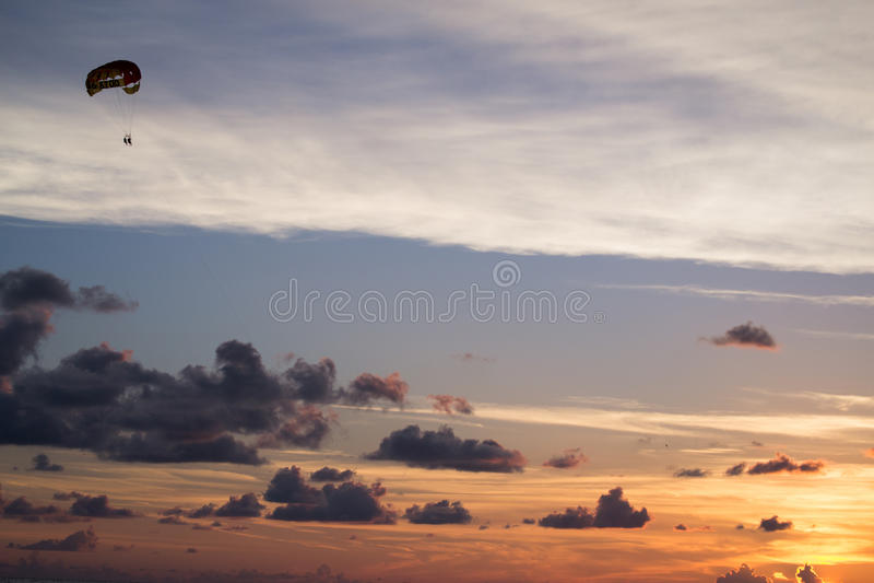 Cieli di Florida di Parasailing fotografie stock