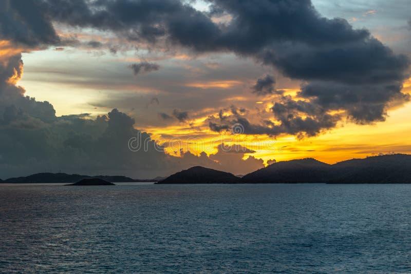 cieli di Pre-alba sopra le isole arcipelago, Australia degli stretti di Torres fotografie stock libere da diritti