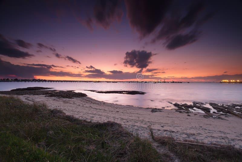 Cieli di tramonto sopra la baia di botanica fotografia stock libera da diritti