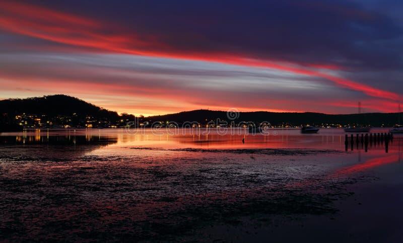 Cieli e riflessioni di crepuscolo di sera a Yattalunga immagini stock