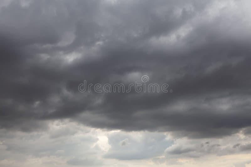 Cieli tempestosi con le nuvole grige 0004 immagine stock