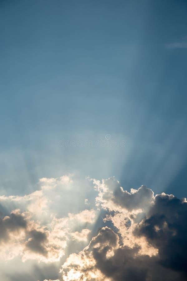 Cielo agradable del drama con el rayo del sol que brilla fotos de archivo libres de regalías