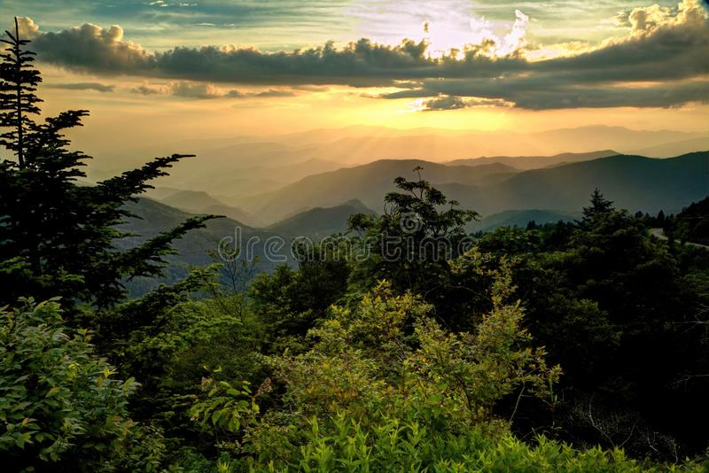 Cielo ahumado de las montañas imagen de archivo libre de regalías