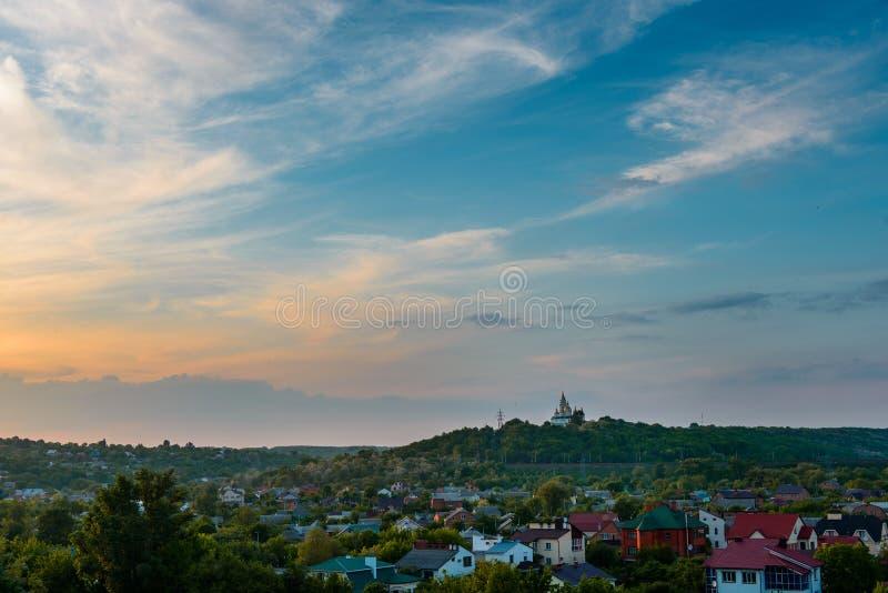 Cielo amarillo violeta magenta azul de la puesta del sol en Poltava, Ucrania rural imagen de archivo libre de regalías