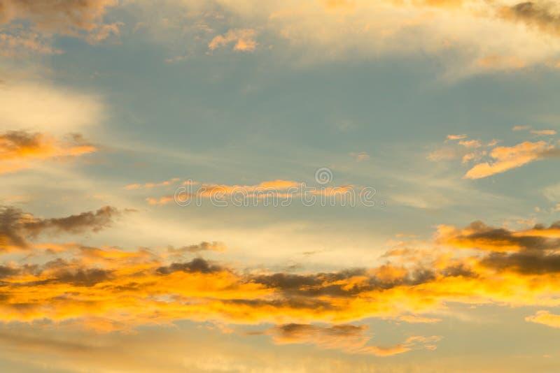 Cielo anaranjado ardiente de la puesta del sol fotos de archivo
