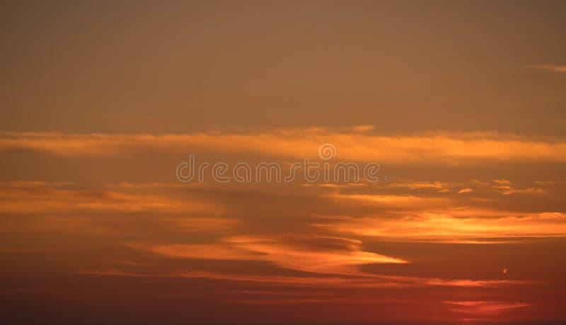 Cielo anaranjado colorido de la pendiente en la puesta del sol con las nubes wispy finas fotos de archivo libres de regalías