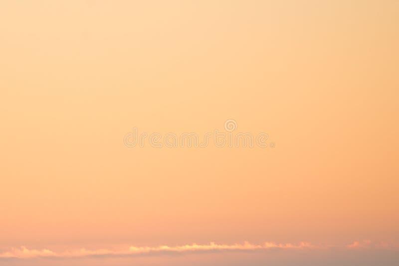 Cielo anaranjado cuando salida del sol foto de archivo