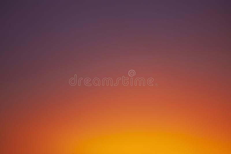 Cielo anaranjado de la salida del sol clara fotografía de archivo libre de regalías