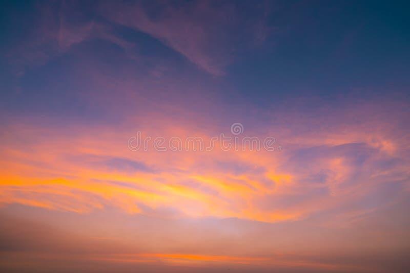 Cielo anaranjado dramático y fondo abstracto de las nubes Imagen del arte de la textura anaranjada de las nubes Cielo hermoso de  fotografía de archivo libre de regalías