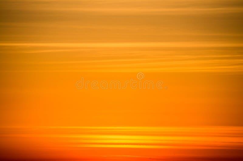 Cielo anaranjado en la puesta del sol foto de archivo