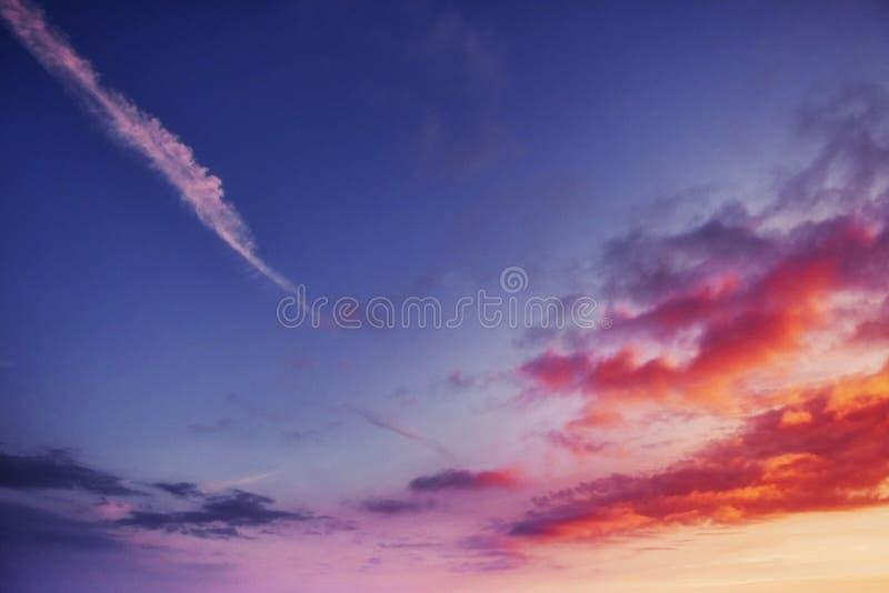Cielo anaranjado sobre las montañas Cárpatos Ucrania Europa imagen de archivo libre de regalías