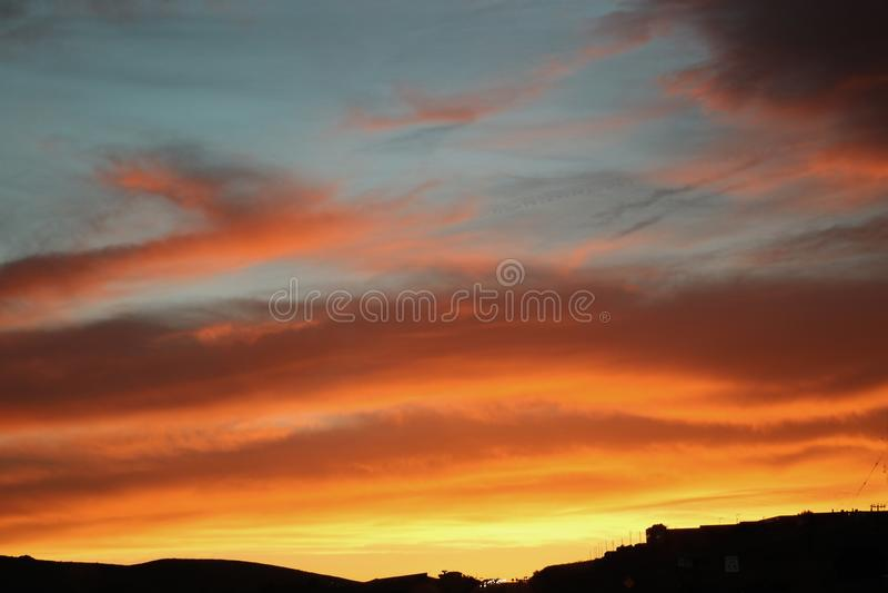 Cielo anaranjado y amarillo brillante en la puesta del sol o la salida del sol fotos de archivo libres de regalías