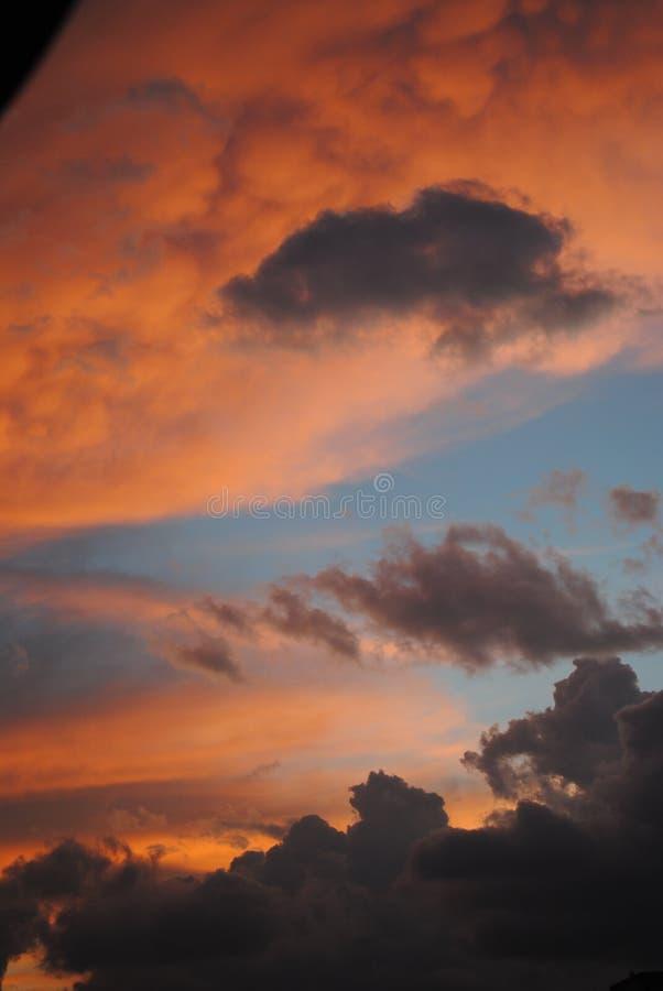Cielo anaranjado y azul fotografía de archivo libre de regalías