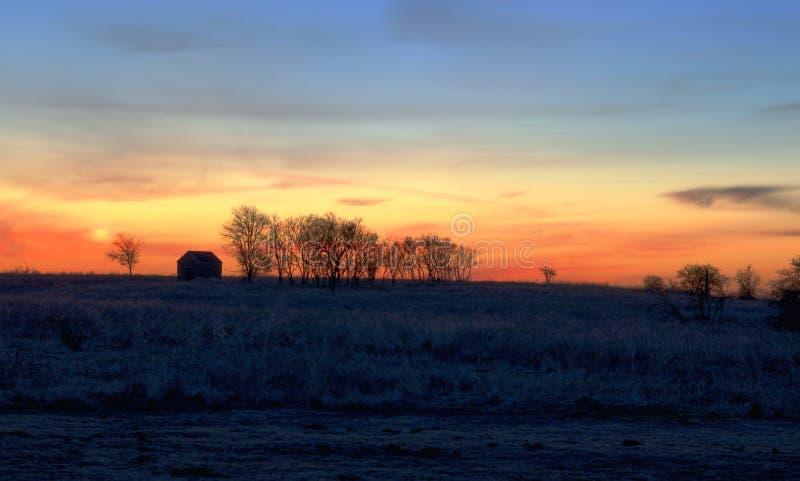 Cielo arancio all'alba, scena rurale fotografie stock libere da diritti