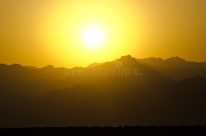 Cielo arancio del sole durante il tramonto sopra le montagne nel deserto di Sinai, Egitto fotografie stock libere da diritti