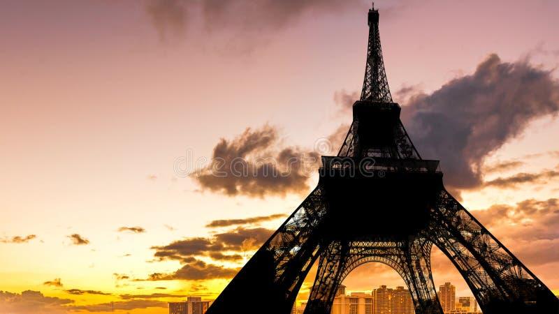 Cielo arancio di tramonto durante il giro Eiffel fotografie stock libere da diritti