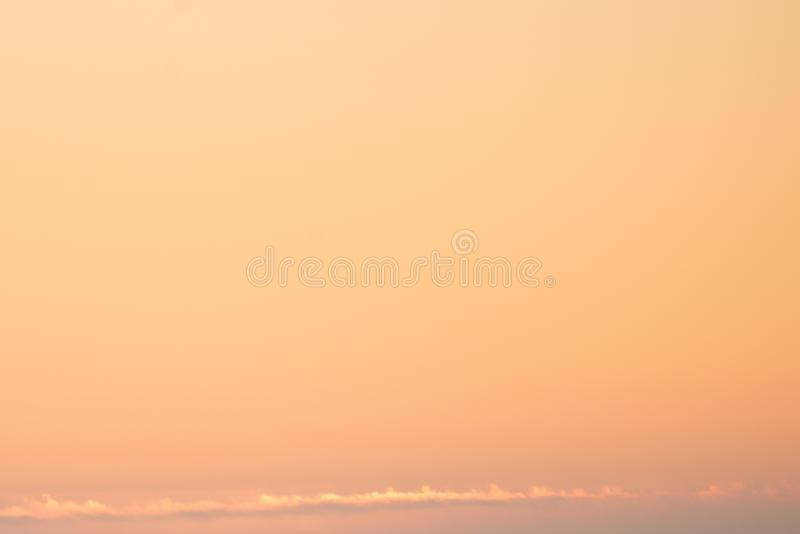 Cielo arancio quando alba fotografia stock