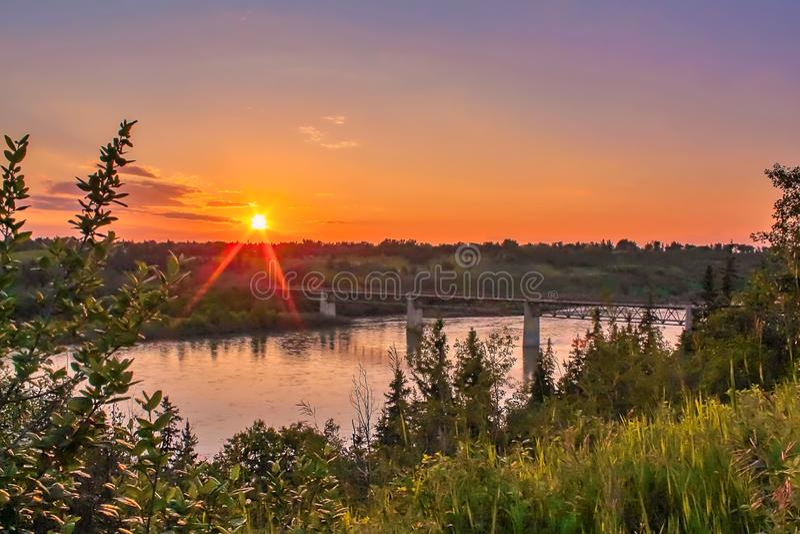 Cielo arancio sopra il River Valley fotografie stock