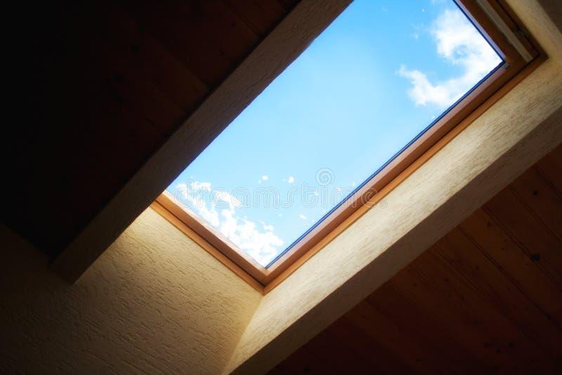 Cielo attraverso la finestra della soffitta fotografie stock