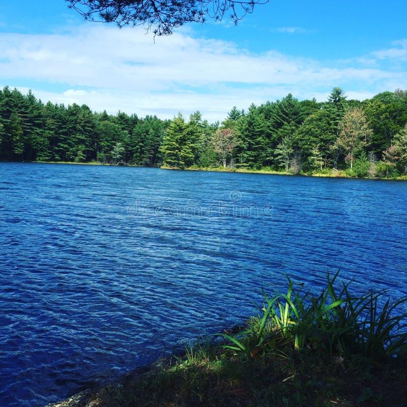 Cielo azul, agua azul foto de archivo libre de regalías