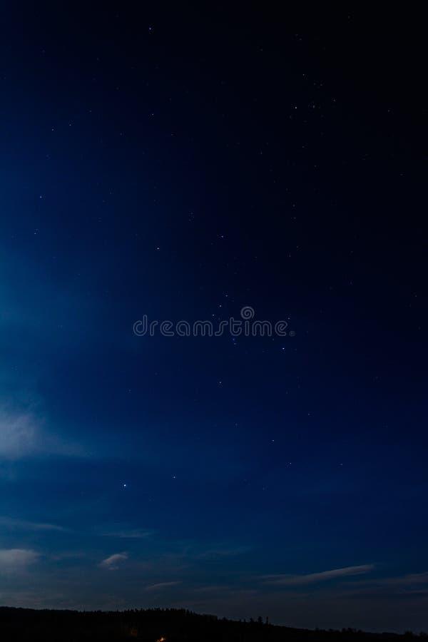 Cielo azul asombroso sobre el ucraniano Cárpatos, borrosos con las nubes blancas fotos de archivo