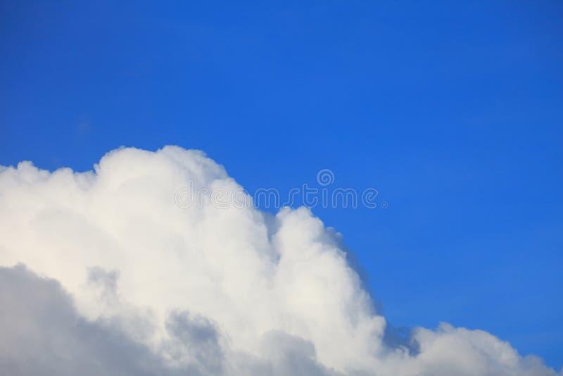 Cielo azul brillante con la formación hermosa mullida blanca de la nube el día soleado para el fondo y el papel pintado del diseñ imagen de archivo