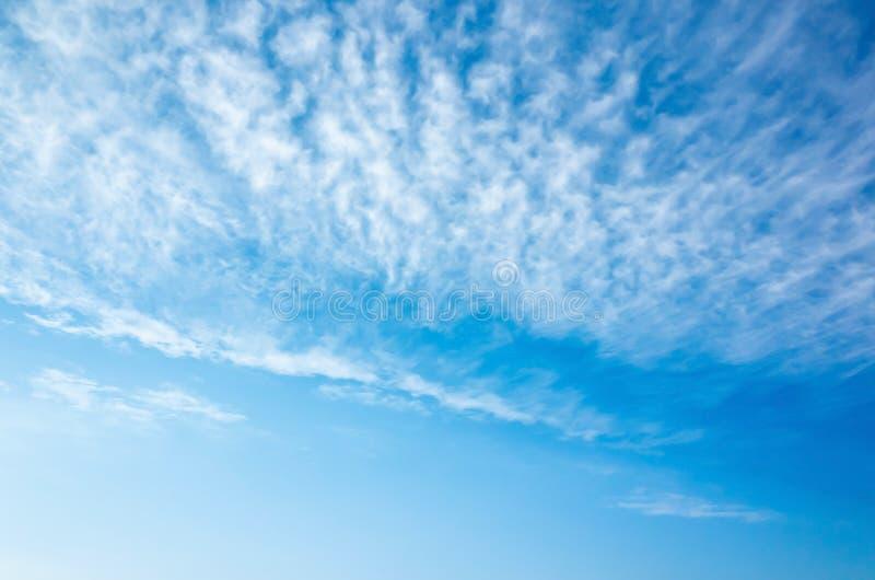Cielo azul brillante natural con capa de la nube de altocumulus fotografía de archivo