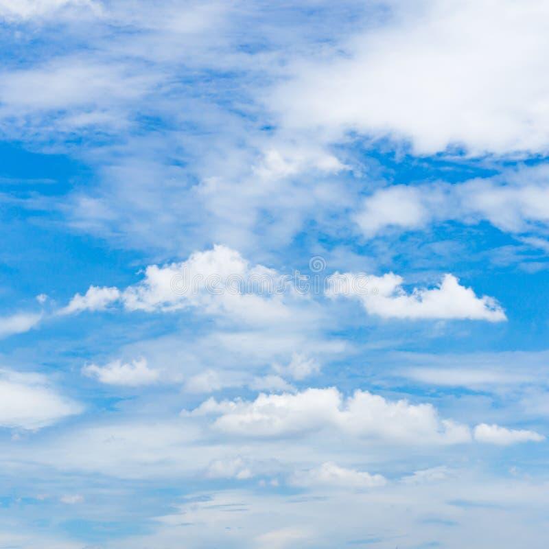 cielo azul brillante por completo con las nubes de cúmulo fotografía de archivo libre de regalías