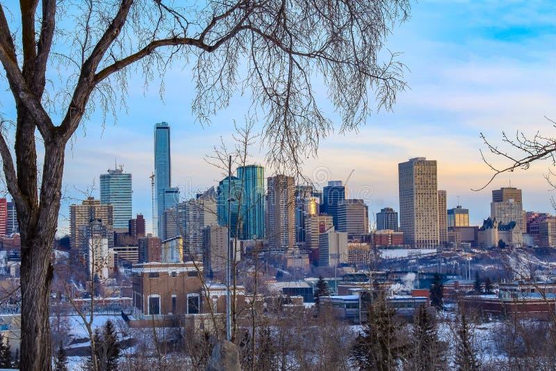 Cielo azul brillante sobre Edmonton céntrica fotos de archivo