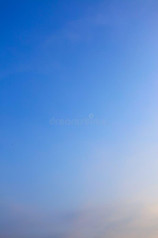 Cielo azul claro crepuscular fotos de archivo