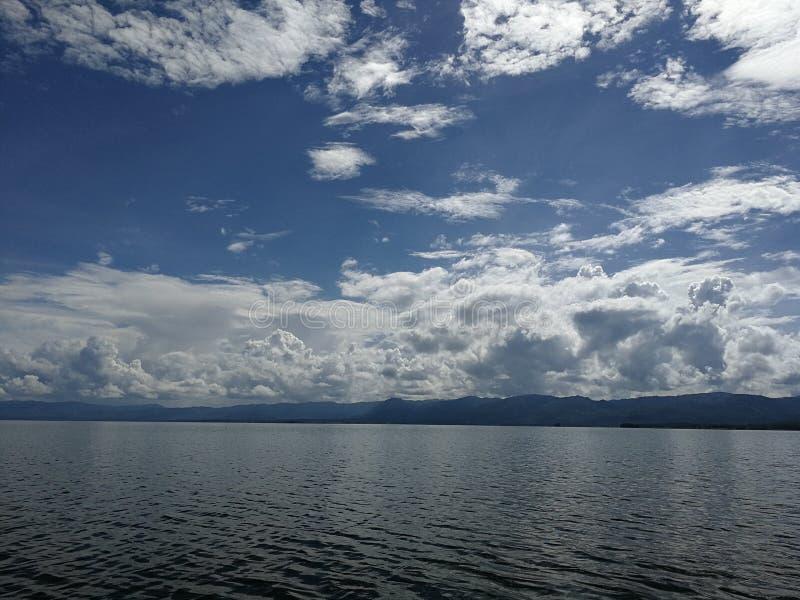 Cielo azul claro y el río imagenes de archivo