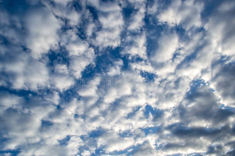 Cielo azul con día de la lluvia de las nubes imagen de archivo libre de regalías
