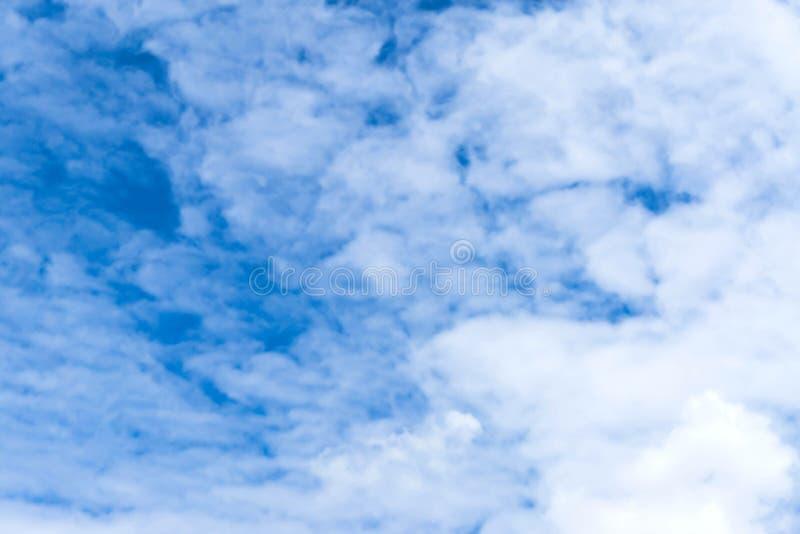 Cielo azul con el cielo azul del primer de la nube con el fondo de las nubes imagen de archivo libre de regalías